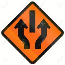 41063625-indonesia-temporal-carretera-señal-de-advertencia-central-de-reserva-con-tráfico-unidireccional