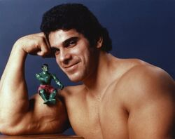 Lou-Ferrigno-with-Hulk-figure