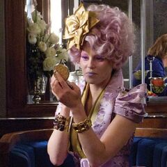 Effie en train de rectifier son maquillage