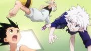 Gon y Killua intentando robar la pelota de Netero