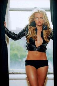 Britney-Spears-Womanizer-Lyrics-Video