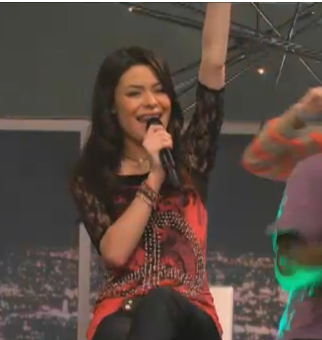 File:Carly Sings With Arm.png