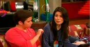 Carly e Freddie no sofa