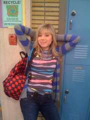 Jennette McCurdy 5, as Sam in SeddieWiki, against lockers