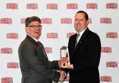 Gardiner MacDougall receiving Jean-Marie De Koninck Coaching Excellence Award