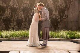 Annie i Finnick podczas ślubu