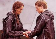 Katniss i Peeta podczas próby samobójczej
