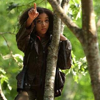 Rue wskazująca Katniss gniazdo os gończych.