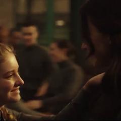 Katniss i Prim tańczące na weselu Finnicka i Annie.