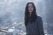 Katniss w ruinach Dystryktu 12