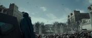 Katniss obserwująca bomby z opóźnionym zapłonem