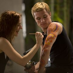 Morfalinistka malująca na ramieniu Peety kwieciste wzory. Scena została usunięta z filmu.