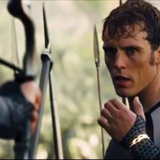 Odair pokazujący Katniss bransoletkę od Haymitcha.
