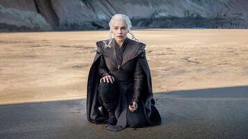 Dragonstone ep Dany in sand