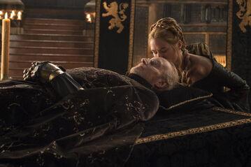 Cersei bacia Tywin morto
