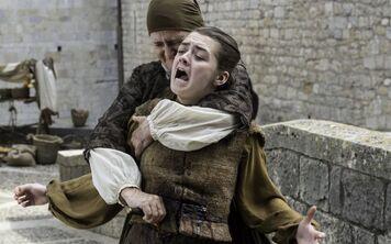 Arya pugnalata dall'Orfana