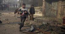 7nov2015---um-homem-carrega-uma-crianca-nos-bracos-em-busca-de-socorro-apos-bombardeio-aereo-neste-sabado-em-douma-na-siria-ativistas-afirmam-que-o-ataque-foi-feito-por-forcas-leais-ao-presidente-1446906115429 956x500