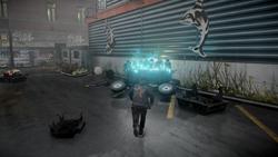 Delsin przed przekaźnikiem rdzeniowym na parkingu w Centrum Seattle (inFamous Second Son)