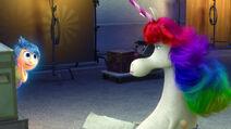Alegría le susurra a Unicornio Arcoíris
