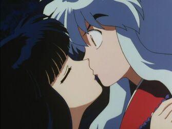 Kikyo besa a Inuyasha