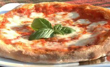 Pizza margherita napoletana