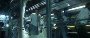 Девушка оператор проникает в Биолабораторию через разбитое стекло
