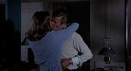 Andrea et Bond s'embrassant