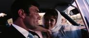 James Bond avec Tracy dans sa voiture