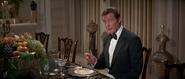 James Bond durant le repas avec Khan