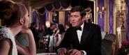 James Bond faisant connaissance avec Tracy