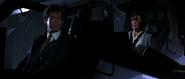 Natalya et Bond dans l'hélicoptère