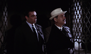 Kerim et Bond devant la cachette de Krilencu