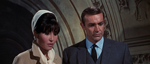 James Bond et Mlle La Porte dans la chapelle