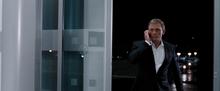James Bond en conversation téléphonique avec M