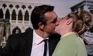 Tatiana et Bond s'embrassant sur le bateau