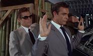 Leiter prenant l'arme de Bond