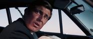 James Bond parlant au policier