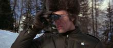 Locque observant Bond à l'épreuve de biathlon