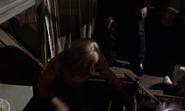 Tatiana sortant de la trappe de l'épicier