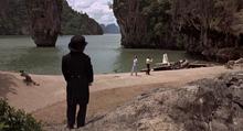 Scaramanga, Bond, Tric-Trac et les vingt pas