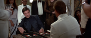 Khan jouant au backgammon contre Bond