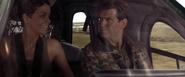 Jinx et Bond dans l'hélicoptère