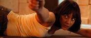 Camille sur le point de tuer Medrano