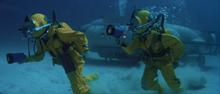 James Bond et Melina faisant de la plongée