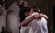 Kerim et sa maîtresse s'embrassant