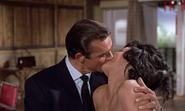 Taro et Bond s'embrassant