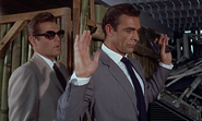 Leiter tenant Bond en joue