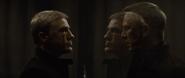 Blofeld faisant face à Bond