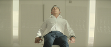 James Bond immobilisé à la chaise
