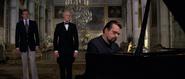 Drax jouant du piano